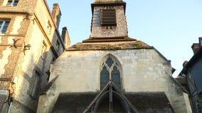 Vista ascendente de un edificio de madera antiguo en la ciudad de Honfleur almacen de video