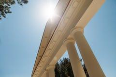Vista ascendente del arco hermoso en tiempo soleado con resplandor del sol fotos de archivo libres de regalías