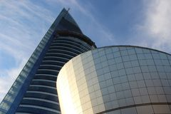 Vista ascendente del edificio corporativo imagen de archivo libre de regalías