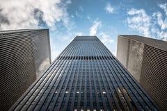 Vista ascendente del grattacielo epico in NYC fotografia stock