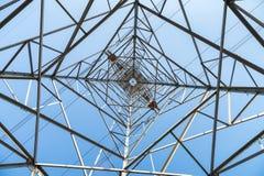 Vista ascendente del pilón de la electricidad fotografía de archivo libre de regalías