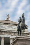 Vista ascendente del quadrato principale di De Ferrari della città di Genova, Italia - nella parte anteriore - il monumento di Ga Immagine Stock