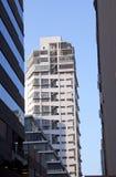 Vista ascendente di alte costruzioni dell'annuncio pubblicitario di aumento Immagine Stock