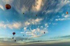 Vista ascendente inferior dos balões de ar quente que voam sobre Cappadocia foto de stock royalty free