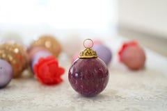 Vista ascendente próxima da bola de vidro roxa do Natal foto de stock