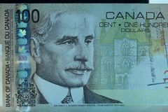 Vista ascendente próxima da cédula canadense de cem dólares imagem de stock