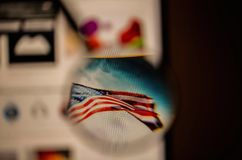 Vista ascendente próxima da lupa sobre a bandeira no Web site no tela de computador fotos de stock royalty free