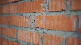 Vista ascendente próxima da parede com tijolos vermelhos e do concreto cinzento no workhouse video estoque