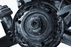 Vista ascendente próxima da roda velha da roda denteada da engrenagem do motor imagem de stock royalty free