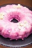 Vista ascendente próxima de um bolo cor-de-rosa redondo imagem de stock royalty free