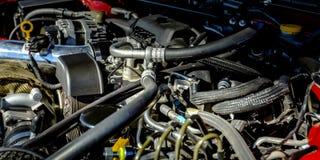 Vista ascendente próxima de um motor de automóveis em um dia ensolarado imagem de stock royalty free