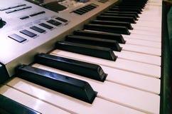 Vista ascendente próxima do teclado eletrônico do sintetizador do piano Foco seletivo e opini?o de ?ngulo lateral foto de stock royalty free