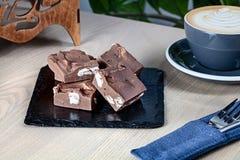 Vista ascendente próxima em doces de açúcar caseiros do caramelo de chocolate com café na tabela de madeira foto de stock royalty free