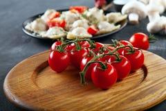 Vista ascendente próxima em tomates de cereja frescos para o uso como o cozimento de ingredientes para o ravioli fotos de stock