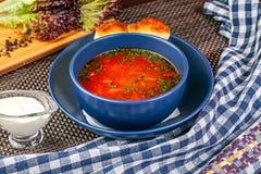 Vista ascendente próxima na bacia azul com borscht ucraniano tradicional imagem de stock