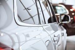 Vista ascendente pr?xima no corpo de carro do carro na loja do neg?cio com efeito da gr?o do ru?do Conceito do sucesso de neg?cio imagem de stock