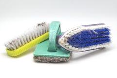 A vista ascendente próxima suja esfrega escovas no fundo branco fotos de stock