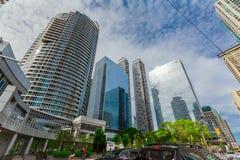 Vista asombrosa abajo de los edificios modernos del negocio de la ciudad, propiedades horizontales el día soleado Fotografía de archivo libre de regalías