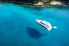 Vista asombrosa al barco, agua clara - paraíso del Caribe imagenes de archivo