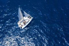 Vista asombrosa al catamarán que cruza en el mar abierto en el día ventoso Opinión del abejón - ángulo del ojo de los pájaros foto de archivo