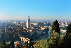 Vista asombrosa de la ciudad y del río Adige, Italia de Verona Fotos de archivo libres de regalías