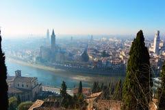 Vista asombrosa de la ciudad y del río Adige, Italia de Verona Foto de archivo