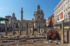 Vista asombrosa de la columna y del foro de Trajan en la ciudad de Roma, Italia Fotografía de archivo libre de regalías