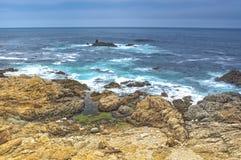 Vista asombrosa de la línea de la playa pacífica situada al costado de la carretera prominente número 1 en California Imagen de archivo libre de regalías