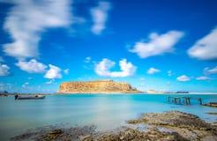 Vista asombrosa de la laguna de Balos con aguas mágicas de la turquesa, lagunas, playas tropicales de la arena y de la isla blanc Imagenes de archivo