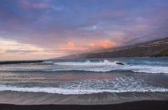 Vista asombrosa de la playa en Puerto de la Cruz con los altos acantilados en t Fotos de archivo libres de regalías