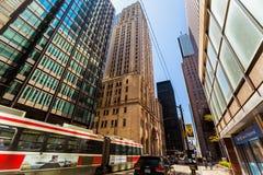 Vista asombrosa de los edificios viejos y modernos del estilo en abajo el área de Toronto de la ciudad Foto de archivo libre de regalías