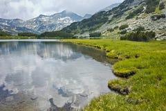 Vista asombrosa de prados verdes alrededor del lago Muratovo, montaña de Pirin Fotos de archivo
