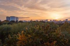 Vista asombrosa de un edificio alto de la oficina del vidrio en puesta del sol Fotografía de archivo libre de regalías