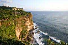 Vista asombrosa del acantilado escarpado y del océano Imagen de archivo libre de regalías