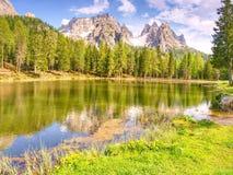 Vista asombrosa del bramido Tre Cime di Lavaredo de Lago Di Antorno, Imágenes de archivo libres de regalías