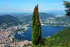 Vista asombrosa del lago Como de Brunate, con el árbol en el centro, el lago Como y la ciudad Fotos de archivo libres de regalías