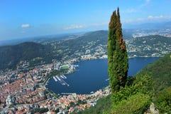 Vista asombrosa del lago Como de Brunate, con el árbol en el centro, el lago Como y la ciudad Imagen de archivo