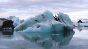 Vista asombrosa del lago glacial Jokulsarlon, Islandia almacen de metraje de vídeo