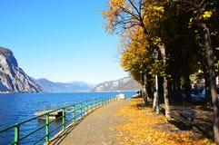 Vista asombrosa del lago Lecco en la caída, Italia Imágenes de archivo libres de regalías