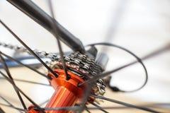 Vista astratta degli ingranaggi spoked della ruota e della cassetta di bicicletta immagini stock libere da diritti