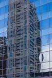 Vista astratta della facciata moderna che lustra con la riflessione della casa Immagini Stock
