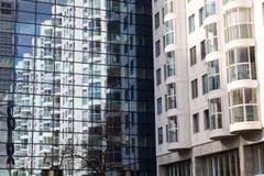 Vista astratta della facciata moderna che lustra con la riflessione della casa Fotografia Stock