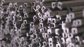 Vista astratta di un profilo del quadrato del metallo Il tubo in un magazzino coperto, tubo di profilo di profilo ha risieduto ne stock footage