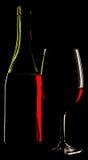 Vista astratta di un vino di vetro e della bottiglia di vino contro un soli Fotografie Stock Libere da Diritti