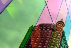 Vista astratta di vecchia costruzione nella riflessione di un complesso di uffici alta tecnologia Immagini Stock Libere da Diritti