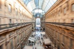 Vista astratta intenzionalmente vaga della galleria Vittorio Emanuele II con la gente che compera a Milano, Italia immagine stock