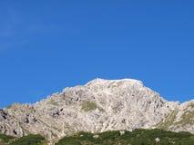 Vista até o pico de montanhas Fotografia de Stock Royalty Free