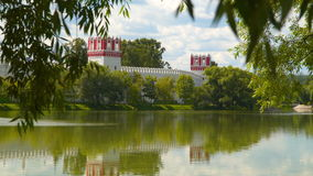 Vista atrás das árvores no convento de Novodevichy filme
