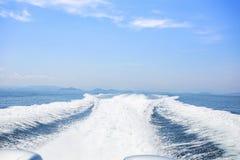 Vista atrás do barco da velocidade com mar e onda Imagens de Stock Royalty Free