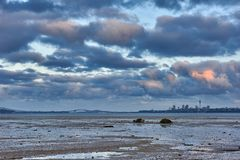 Vista através da baía da península de Te Atatu para a cidade de Auckland fotos de stock